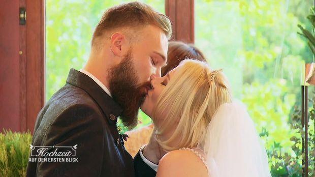 Hochzeit Auf Den Ersten Blick Video Selina Und Aron Der Grosse Moment Sixx