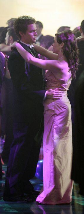 Während sich die anderen vergnügen, haben Lori (April Matson, r.) und Declan (Chris Olivero, l.) beim Tanzen einiges zu besprechen ... - Bildquelle: TOUCHSTONE TELEVISION