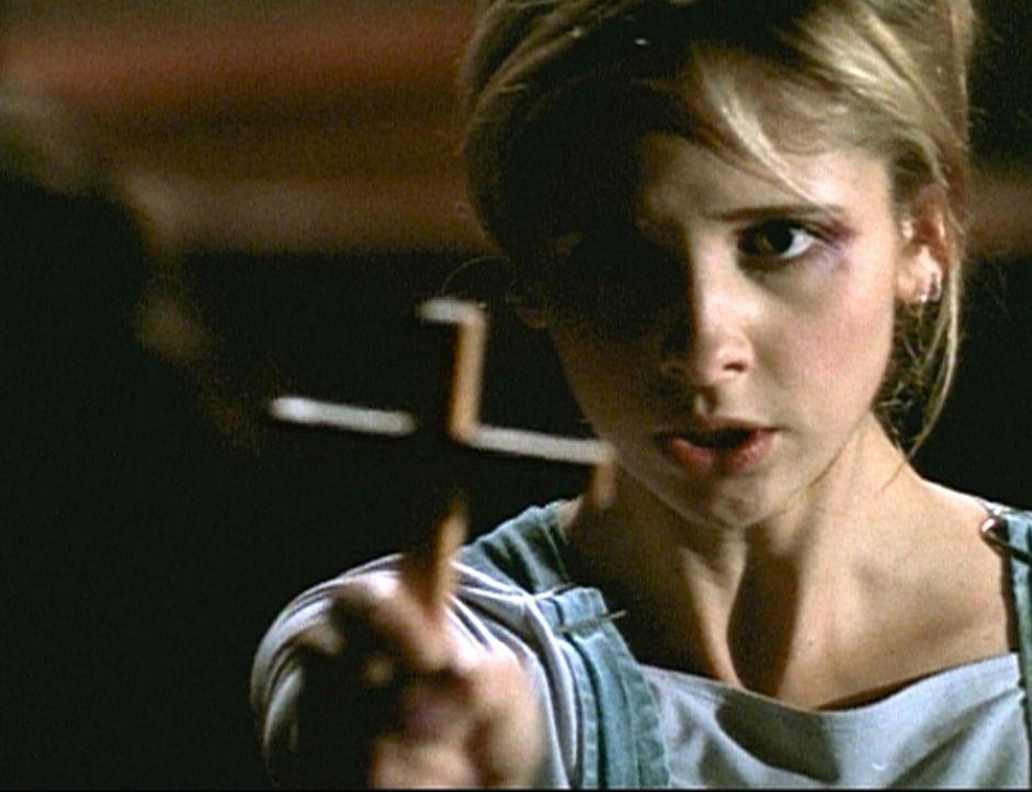 All ihrer besonderen Kräfte beraubt, stehen Buffy (Sarah Michelle Gellar) bei der Vampirbekämpfung nur noch konventionelle Mittel zur Verfügung. - Bildquelle: TM +   2000 Twentieth Century Fox Film Corporation. All Rights Reserved.