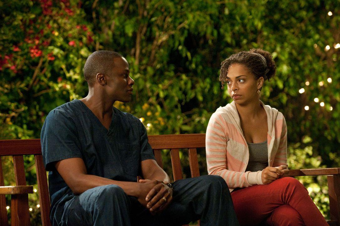 Camille (Hannah Hodson, r.) hat eine ganz besondere Bitte an Miles (Derek Luke, l.) ... - Bildquelle: 2011 Sony Pictures Television Inc. All Rights Reserved.