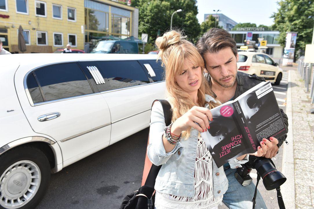 Mila (Susan Sideropoulos, l.) und Nick (Florian Odendhal, r.) bekommen immer mehr das Gefühl, beim Thema Sex nicht mehr up to date zu sein ... - Bildquelle: Andre Kowalski  SAT.1