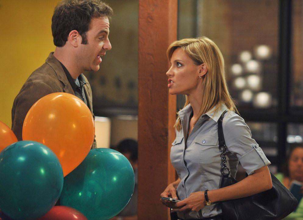 Werden sie ihre Liebe öffentlich machen? Charlotte (KaDee Strickland, r.) und Cooper (Paul Adelstein, l.) ... - Bildquelle: ABC Studios
