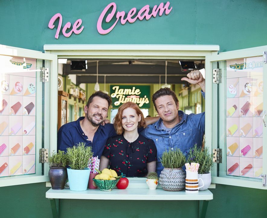 (v.l.n.r.) Jimmy Doherty; Jessica Chastain; Jamie Oliver - Bildquelle: Steve Ryan Jamie Oliver Productions, 2018 / Steve Ryan