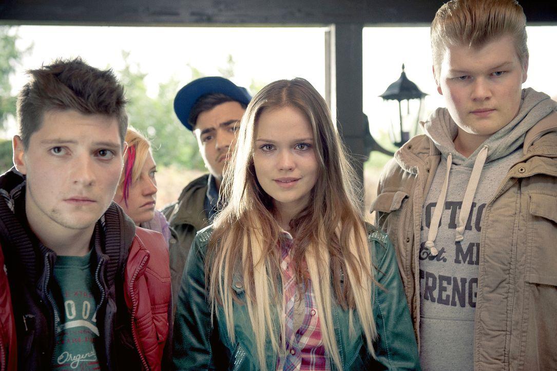Für seine Mitschüler Sassy (Moritz Holzfurtner, l.), Enrico (Till Winter, r.) und Maren (Emilia Schüle, M.) ist Tom ein echter Freak - bis ein tragi... - Bildquelle: NFP