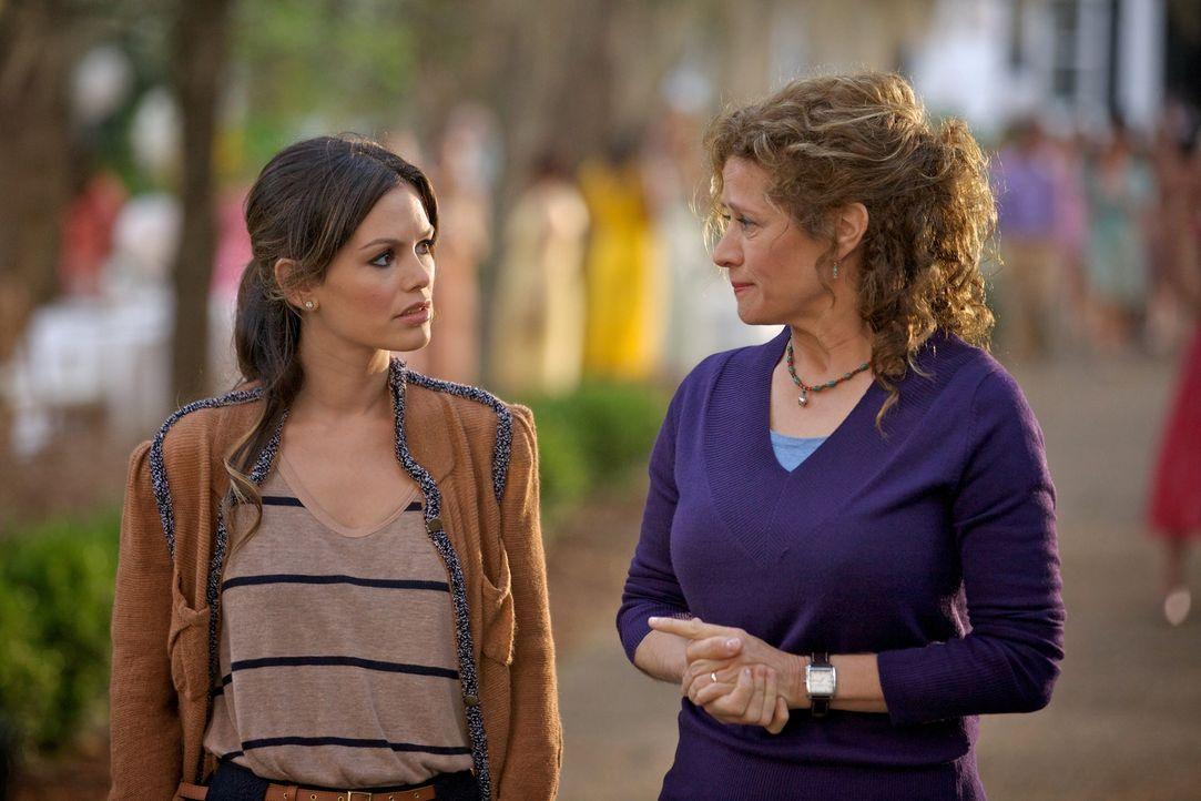 Sie kommt nach Blubell, um ein Jobangebot anzunehmen und trifft auf Emmeline Hattenbarger (Nancy Travis, r.), die Dr. Zoe Hart (Rachel Bilson, l.) n... - Bildquelle: Warner Bros.