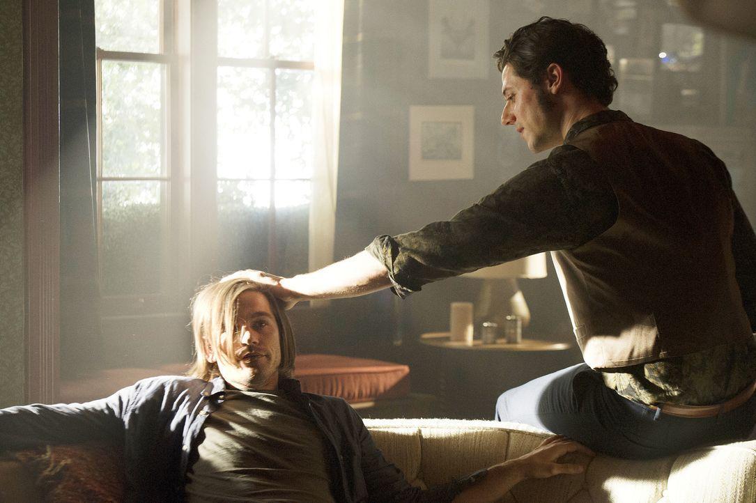 Quentin (Jason Ralph, l.) erlebt einen Horrortrip, doch weder Eliot (Hale Appleman, r.) noch die Universitätsleitung ahnt, wer und was wirklich hint... - Bildquelle: 2015 Syfy Media Productions LLC. ALL RIGHTS RESERVED.