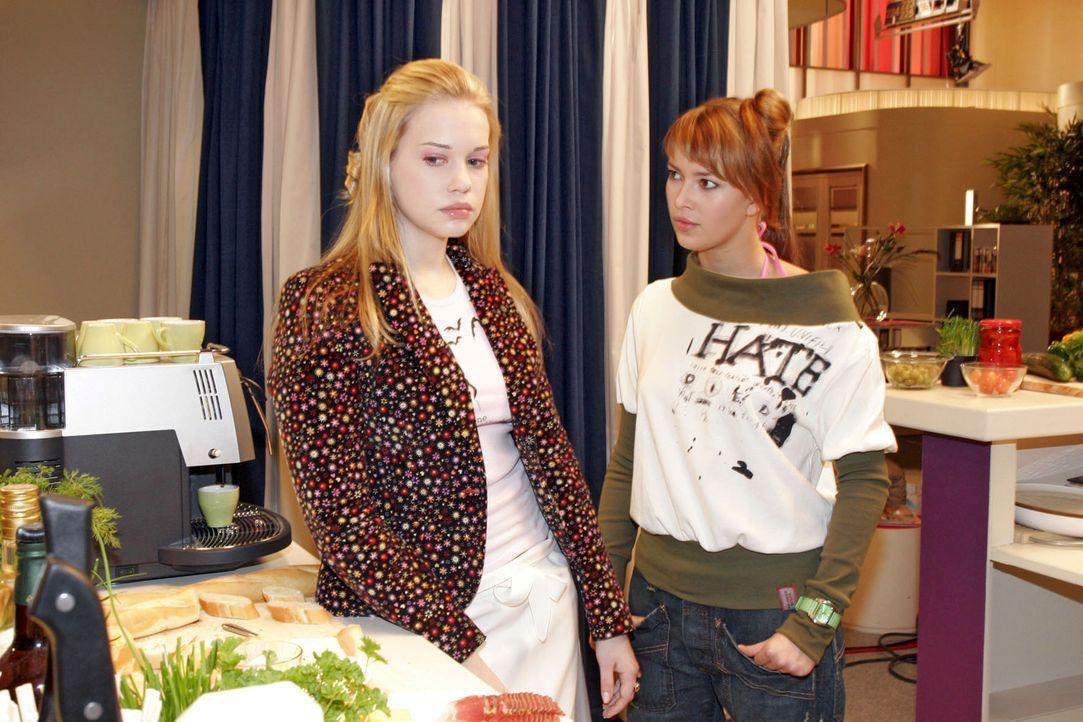 Kim (Lara-Isabelle Rentinck, l.) empfindet ihre Arbeit im Catering als erniedrigend. Hannah (Laura Osswald, r.) empört über sich über das Gejammer. - Bildquelle: Sat.1