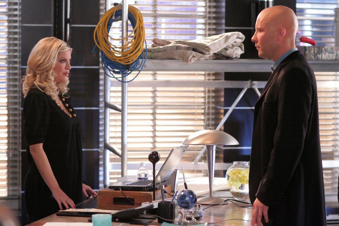 Woher weiß Linda Lake (Tori Spelling, l.) nur von dem vertraulichen Gespräch zwischen Lex (Michael Rosenbaum, r.) und seiner Verlobten Lana? - Bildquelle: Warner Bros.