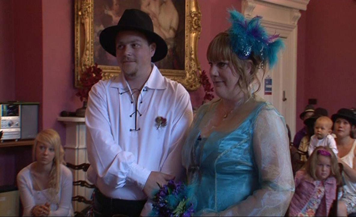 Feiern sie die perfekte Hochzeit? Dips und Samantha - Bildquelle: ITV Studios Limited 2012