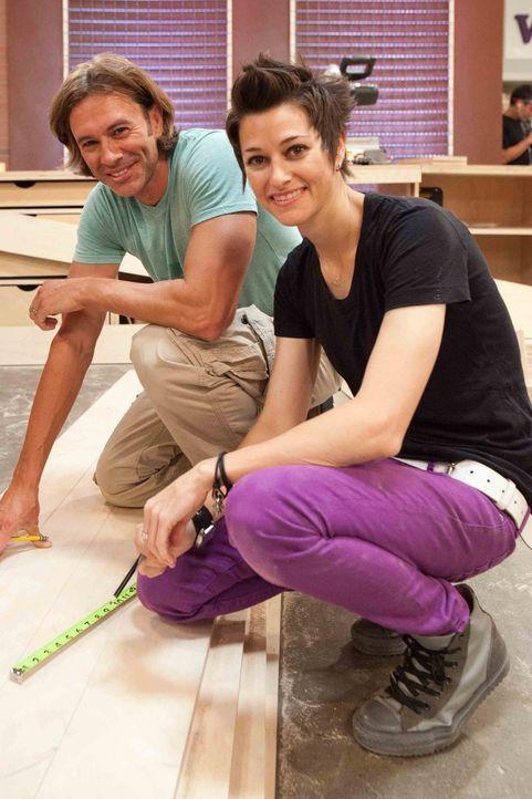 Wie auf Wolken schlafen. Das ist die Idee, die Schreiner Steve (l.) und Designerin Melissa (r.) umsetzen wollen. Wird es ihnen gelingen? - Bildquelle: Warner Bros.