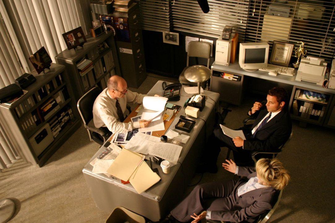 Chris Lassing (Justin Chambers, hinten r.) und Det. Lilly Rush (Kathryn Morris, vorne r.) unterhalten sich mit Lt. John Stillman (John Finn, l.) übe... - Bildquelle: Warner Bros. Television