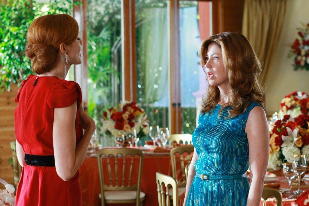 Mit größter Sorge beobachtet Bree (Marcia Cross, l.), dass Katherine (Dana Delany, r.) mehr und mehr dem Glauben verfällt, Mike zurückerobern zu kön... - Bildquelle: ABC Studios