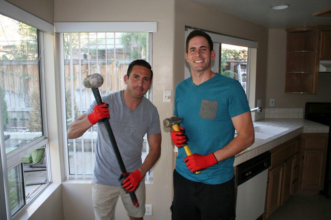 Als Tarek (r.) und seine Frau sich dazu entschließen, ihrem Freund Carlos (l.) bei der Renovierung und dem Verkauf seines Hauses unter die Arme zu g... - Bildquelle: 2015,HGTV/Scripps Networks, LLC. All Rights Reserved