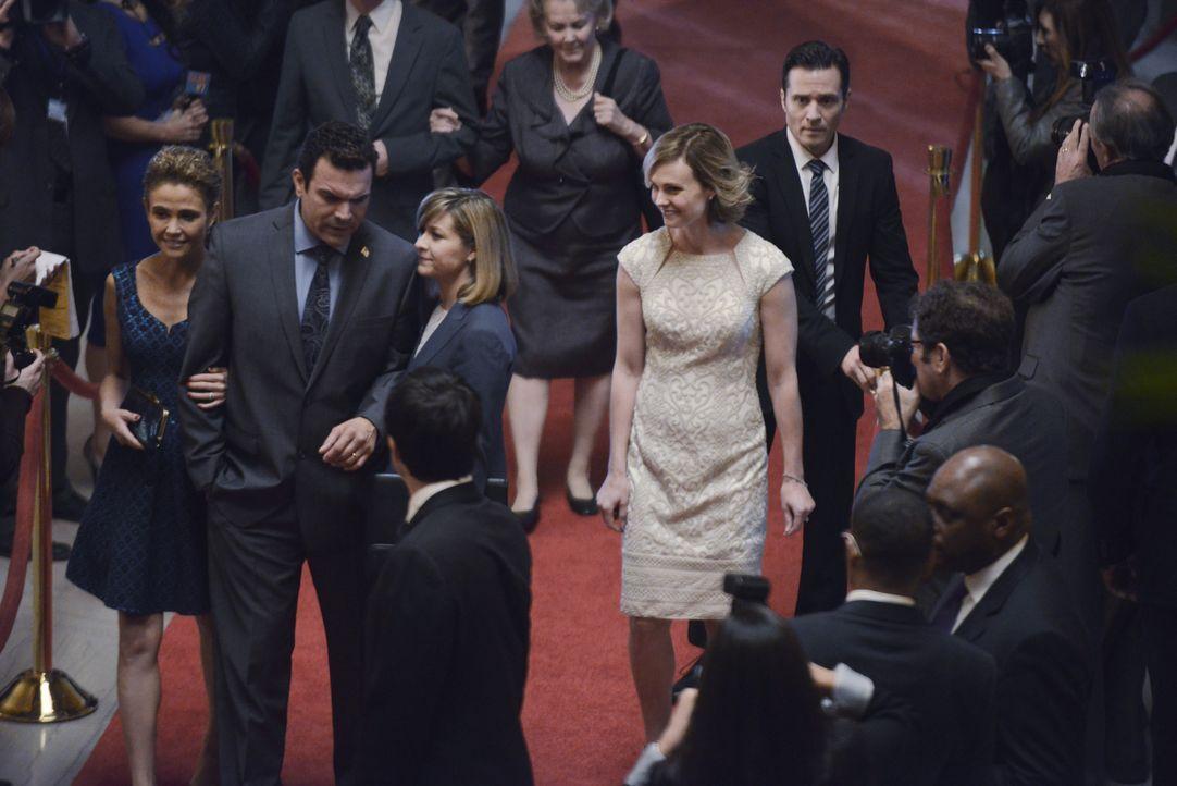 Vor der Veranstaltung hat Kevin (Seamus Dever, vorne) keine Ahnung, was mit Mrs. Lopez (Reiko Aylesworth, l.), ihrem Mann (Ricardo Chavira, 2.v.l.),... - Bildquelle: David Moir ABC Studios / David Moir