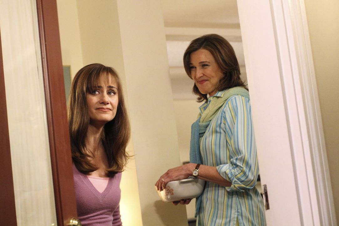 Mary Alice Young (Brenda Strong, r.) erzählt die Lebensgeschichte von Eddie Orlofsky. Wie sein Vater die Familie verlassen hatte und seine Mutter Ba... - Bildquelle: ABC Studios
