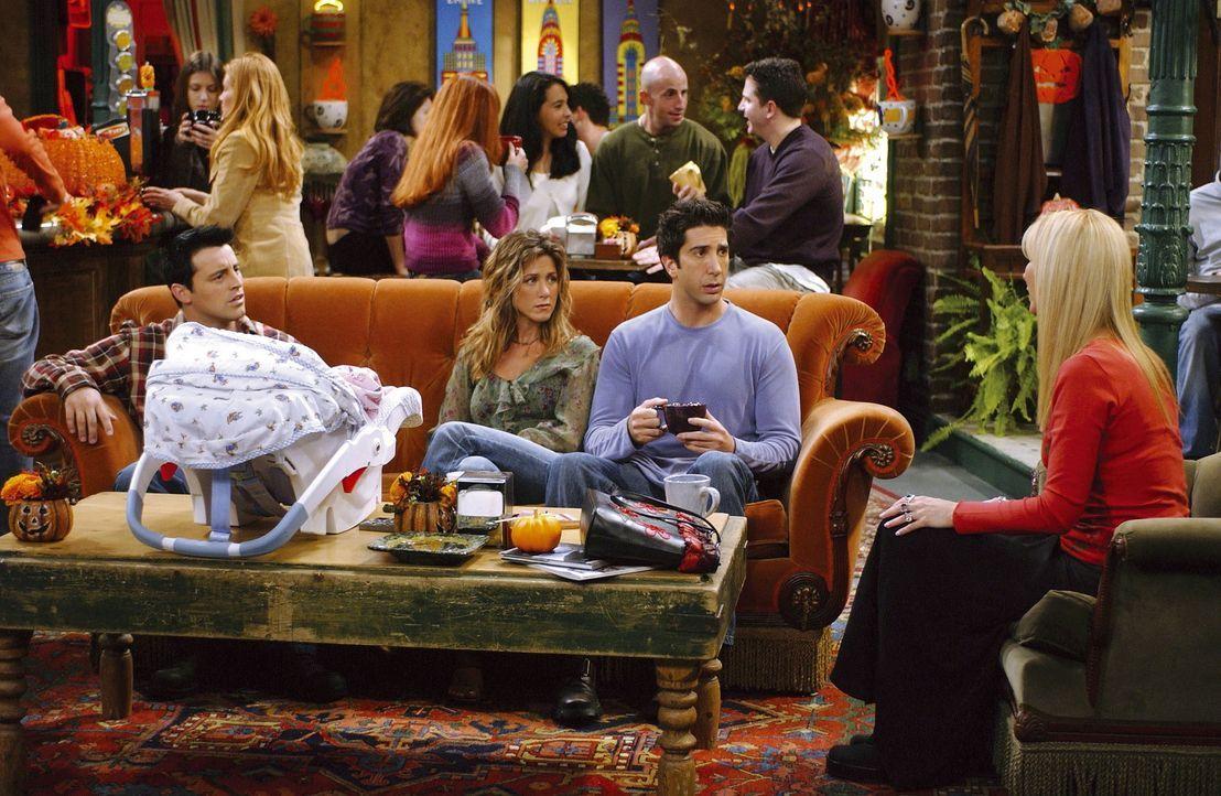 Phoebe (Lisa Kudrow, r.) erklärt den anderen, dass sie es mit Mike ernst meint. Die Freunde können es noch gar nicht glauben. - Bildquelle: TM+  2000 WARNER BROS.