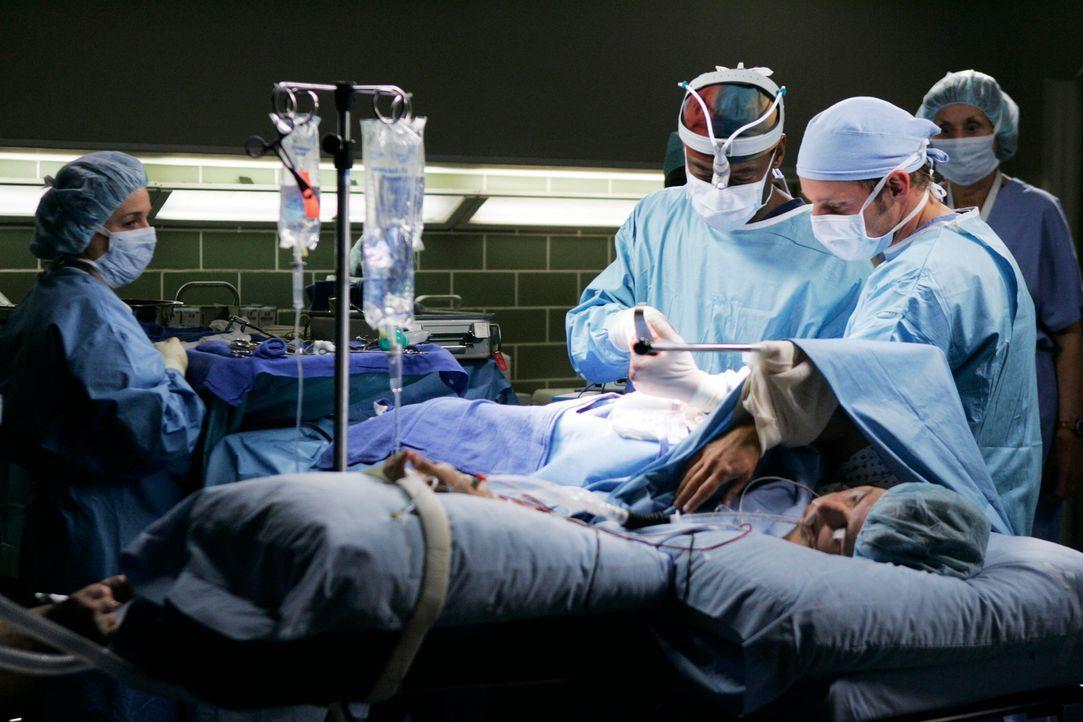 Versuchen ein Leben zu retten: Alex (Justin Chambers, 2.v.r.) und Burke (Isaiah Washington, 2.v.l.) ... - Bildquelle: Touchstone Television