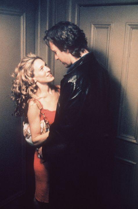 Carrie (Sarah Jessica Parker, l.) versteht die Welt nicht mehr: Aidan (John Corbett, r.) macht keinerlei Anstalten, ihr näherzukommen ... - Bildquelle: Paramount Pictures