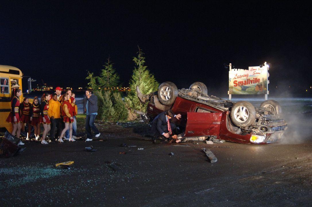 Clark (Tom Welling, 2.v.r.) kann es nicht fassen: Nach dem Heiratsantrag stirbt Lana (Kristin Kreuk, r.) bei einem Autounfall. Ist das wirklich ihr... - Bildquelle: Warner Bros.