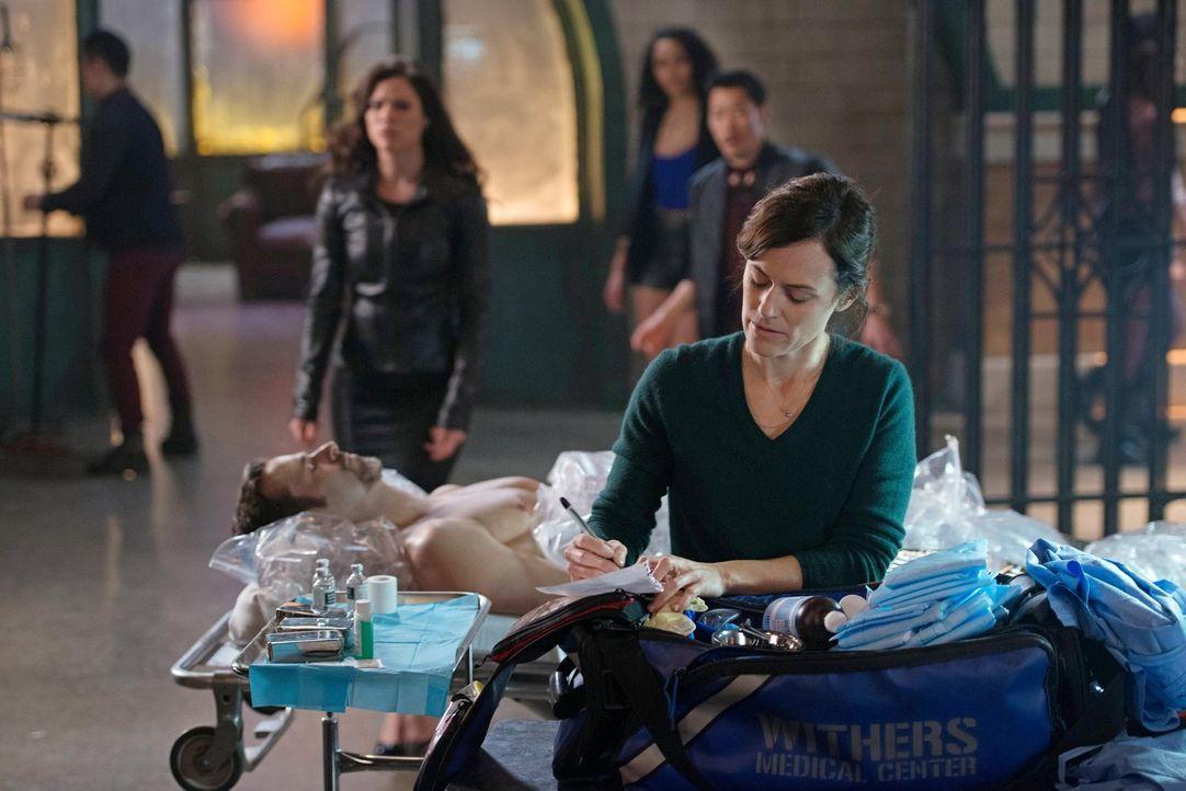 Kann Marla (Sarah Clarke, vorne) ihrem verschwunden geglaubten Mann noch retten? - Bildquelle: Warner Bros. Entertainment, Inc