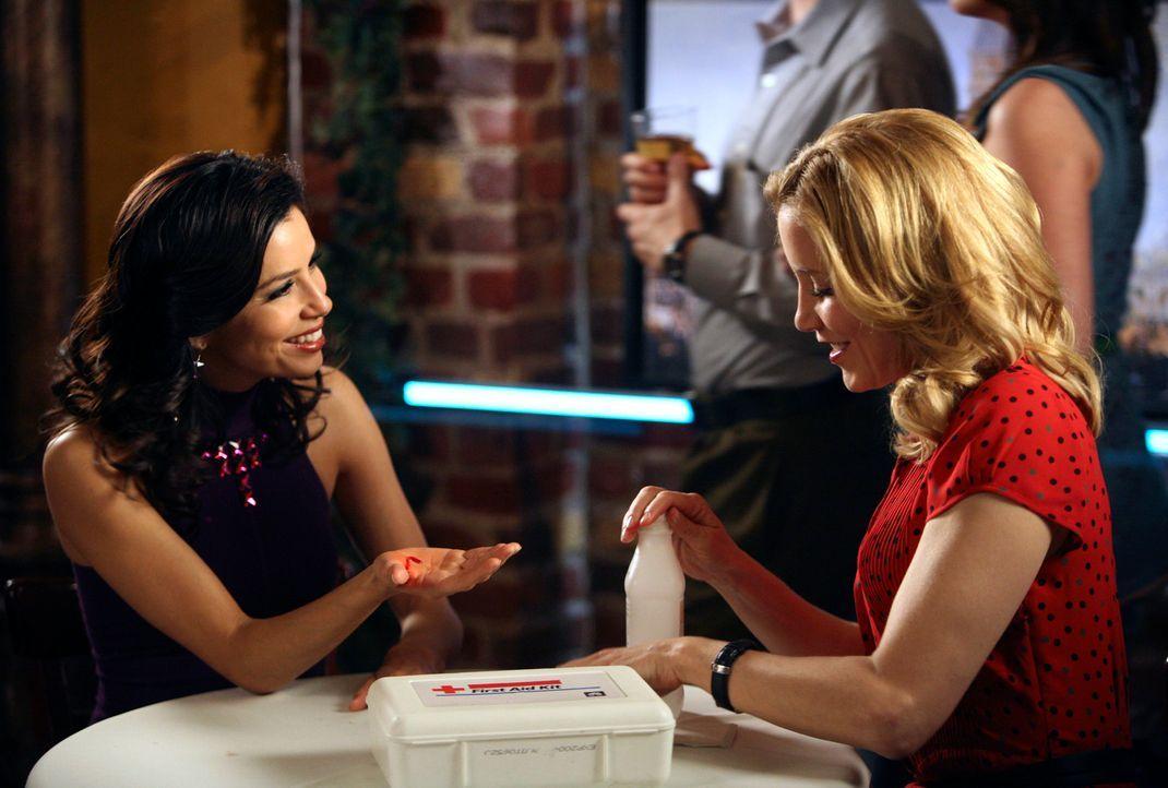 Da Edie nun mit Carlos zusammen ist, verlangt Gabrielle (Eva Longoria, l.) von Susan und Lynette (Felicity Huffman, r.), dass sie Edie aus Solidarit... - Bildquelle: 2005 Touchstone Television  All Rights Reserved
