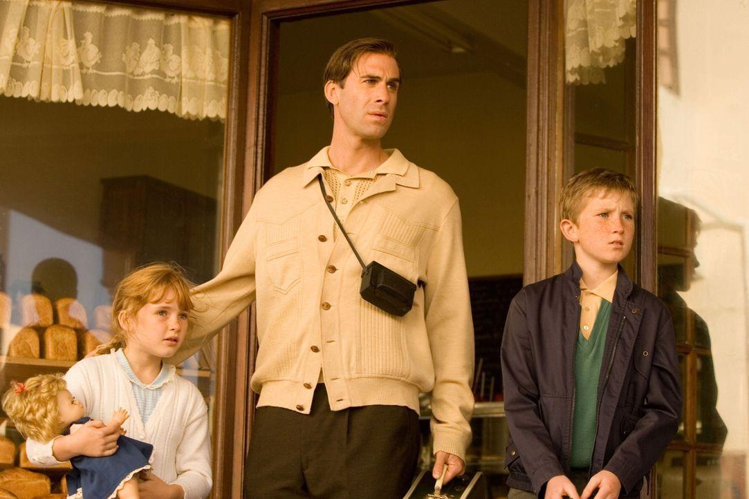 In den späten 60ern zieht der weiße Südafrikaner James Gregory (Joseph Fiennes, M.) mit seiner Familie für, einen Job als Wärter auf der Gefän... - Bildquelle: Warner Brothers International Television Distribution Inc.