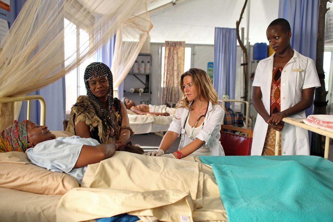 Die deutsche Ärztin Maria Berkel (Alexandra Neldel, 2.v.r.) möchte den Menschen in Somabhula helfen. Doch trotz vieler Krankheitsfälle vertrauen... - Bildquelle: Boris Guderjahn SAT.1