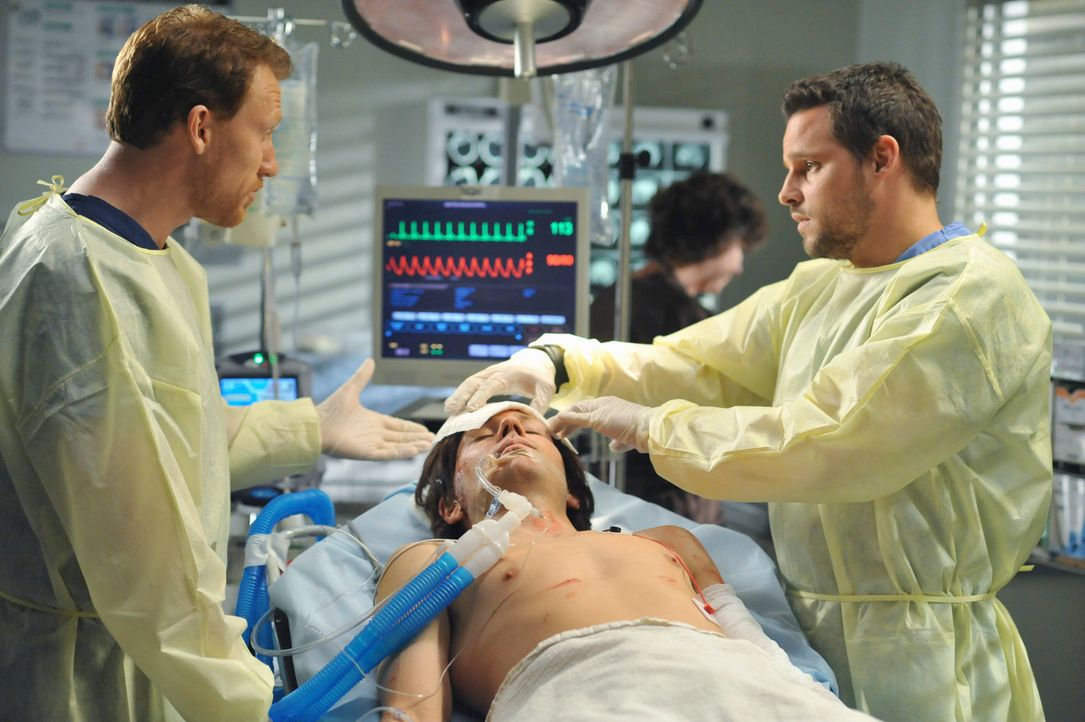 Während Hunt (Kevin McKidd, l.) mit Alex (Justin Chambers, r.), Izzie und George Unfallopfer behandelt, muss sich Cristina weiter um die Schweine k... - Bildquelle: Touchstone Television