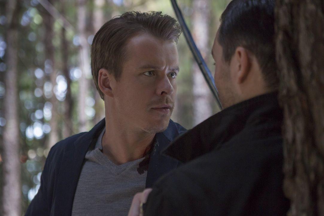 Ein erschreckendes Rätsel hält Matt auf Trab, während Julian (Todd Lasance, l.) seinen Widersacher Enzo (Michael Malarkey, r.) endgültig aus dem Weg... - Bildquelle: Warner Bros. Entertainment, Inc.