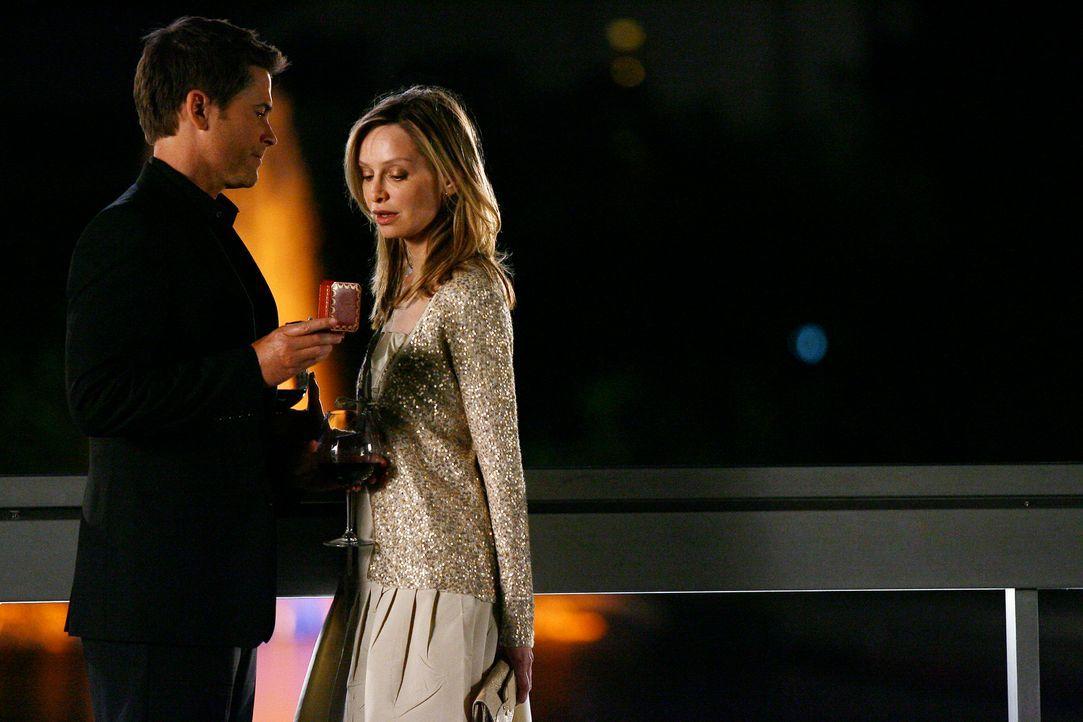 Robert (Rob Lowe, l.) macht Kitty (Flockhart, Calista) einen Heiratsantrag, doch die Freude wird bald darauf von einem schrecklichen Familienunglück... - Bildquelle: Disney - ABC International Television