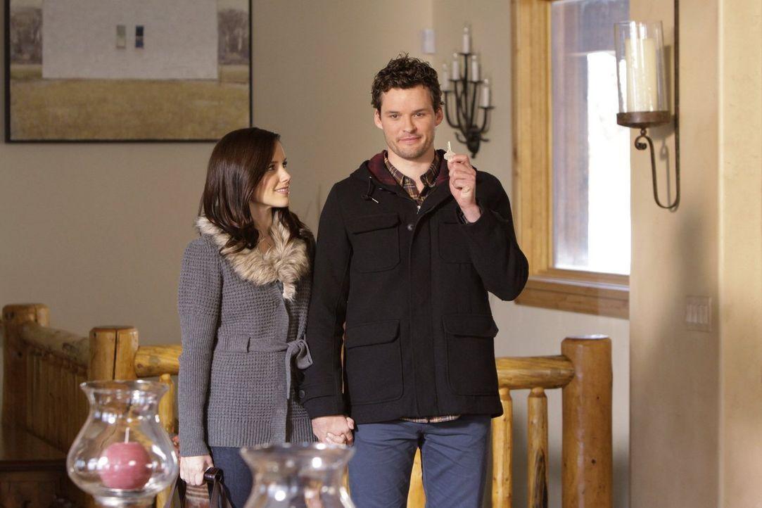 Brooke (Sophia Bush, l.) und Julian (Austin Nichols, r.) haben sich in der Hütte in Utah gleich mal das schöne Zimmer gesichert, denn dieser Ausflug... - Bildquelle: Warner Bros. Pictures