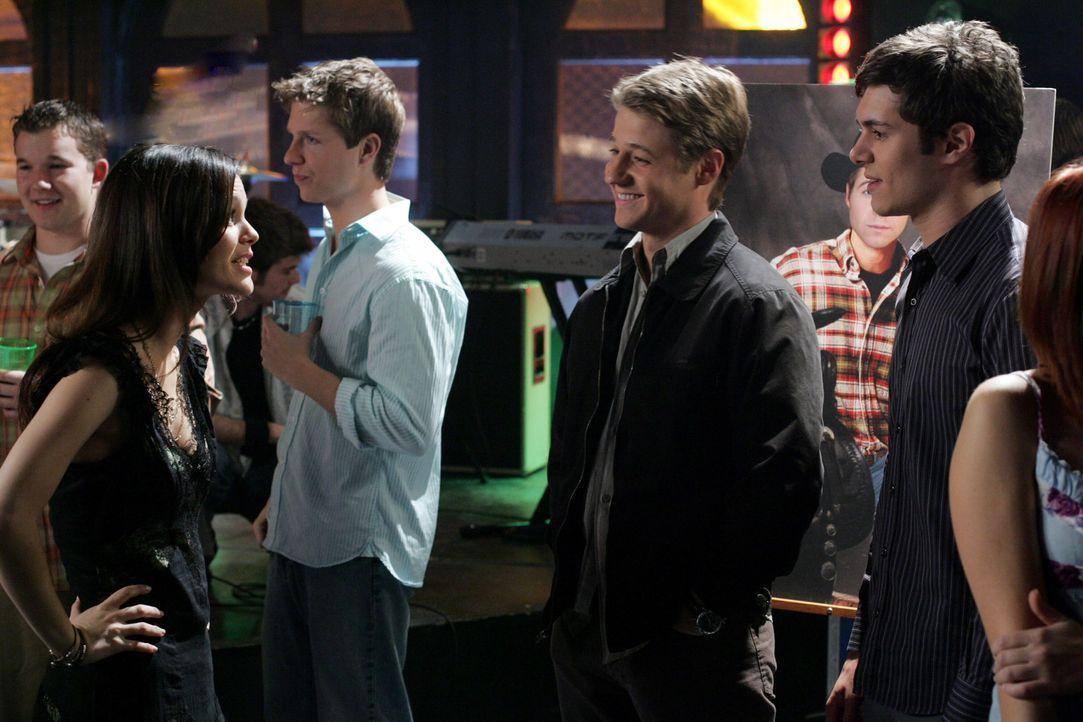Haben viel Spaß auf der Party: Summer (Rachel Bilson, l.), Ryan (Benjamin McKenzie, l.) und Seth (Adam Brody, r.) ... - Bildquelle: Warner Bros. Television