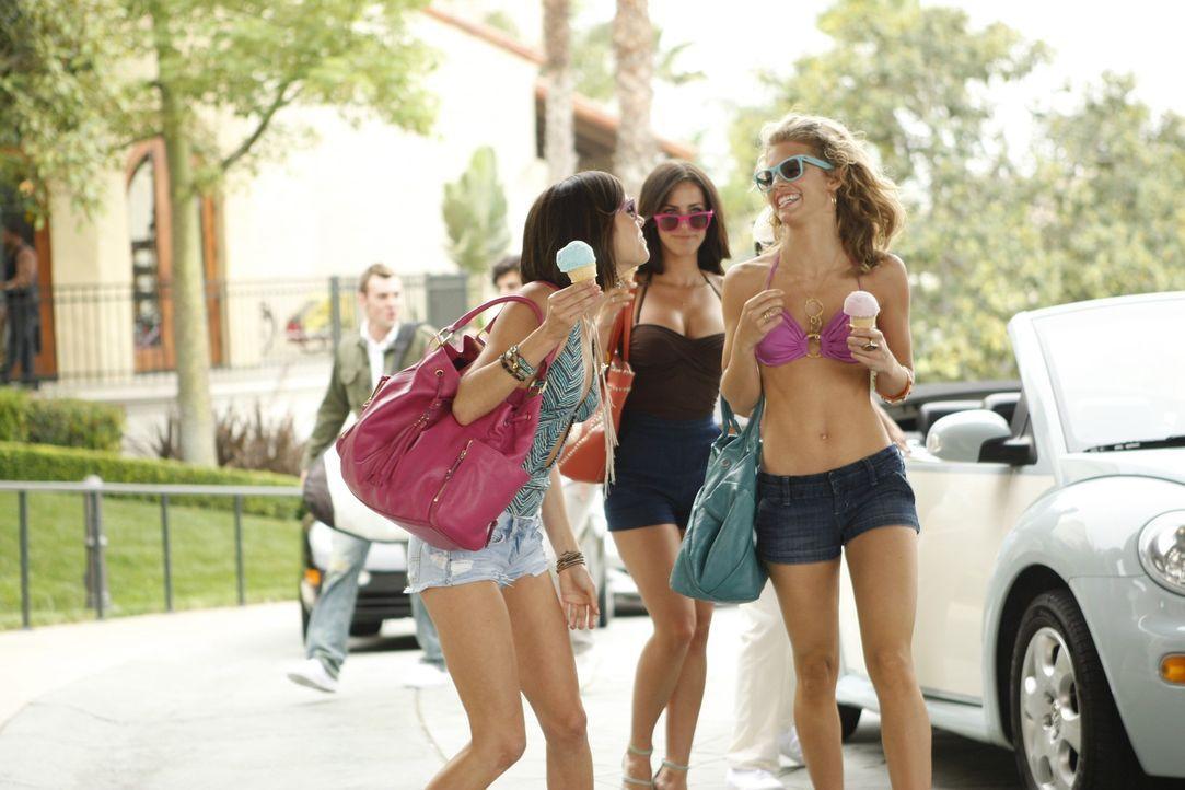 Silver (Jessica Stroup, l.), Adrianna (Jessica Lowndes, M.) und Naomi (AnnaLynne McCord, r.) wollen das Ende der Sommerschule am Pool genießen... - Bildquelle: TM &   CBS Studios Inc. All Rights Reserved
