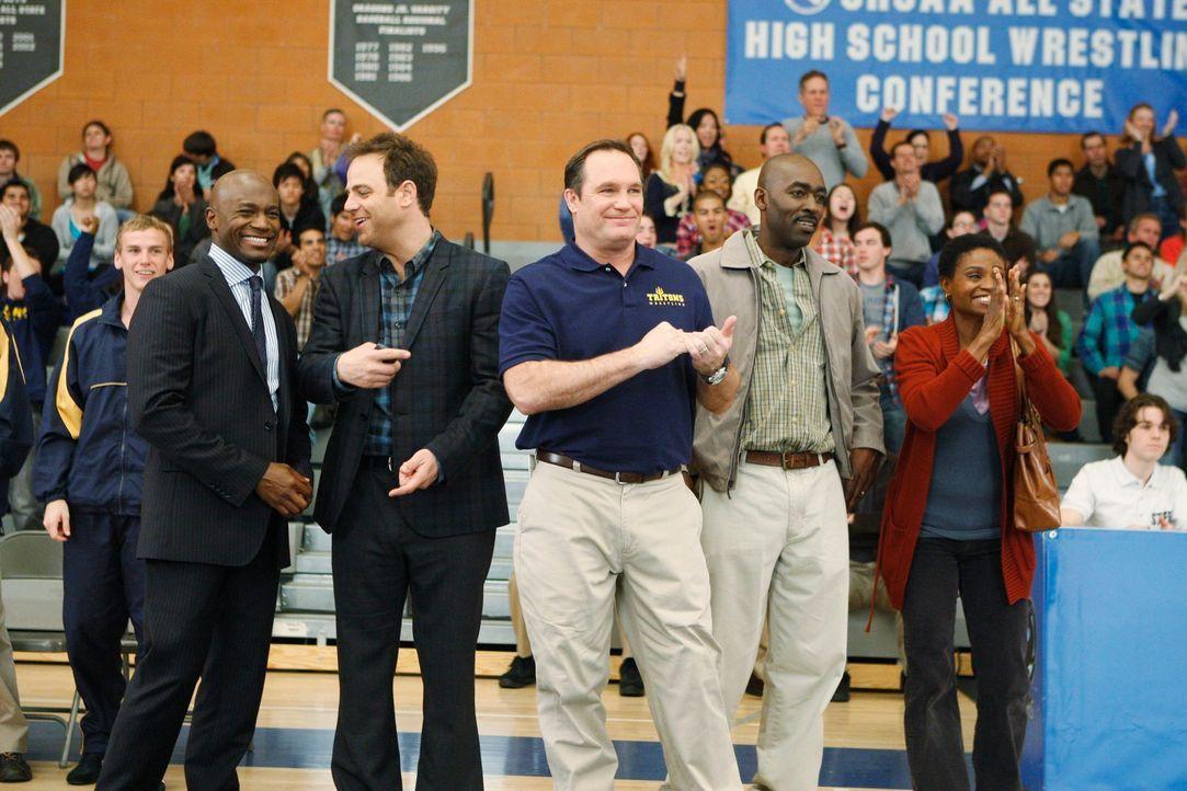 Während Cooper (Paul Adelstein, 2.v.l.) und Sam (Taye Diggs, l.) gemeinsam mit Stacy (Adina Porter, r.), Randy (Michael Jace, 2.v.r.) und Coach Pat... - Bildquelle: ABC Studios