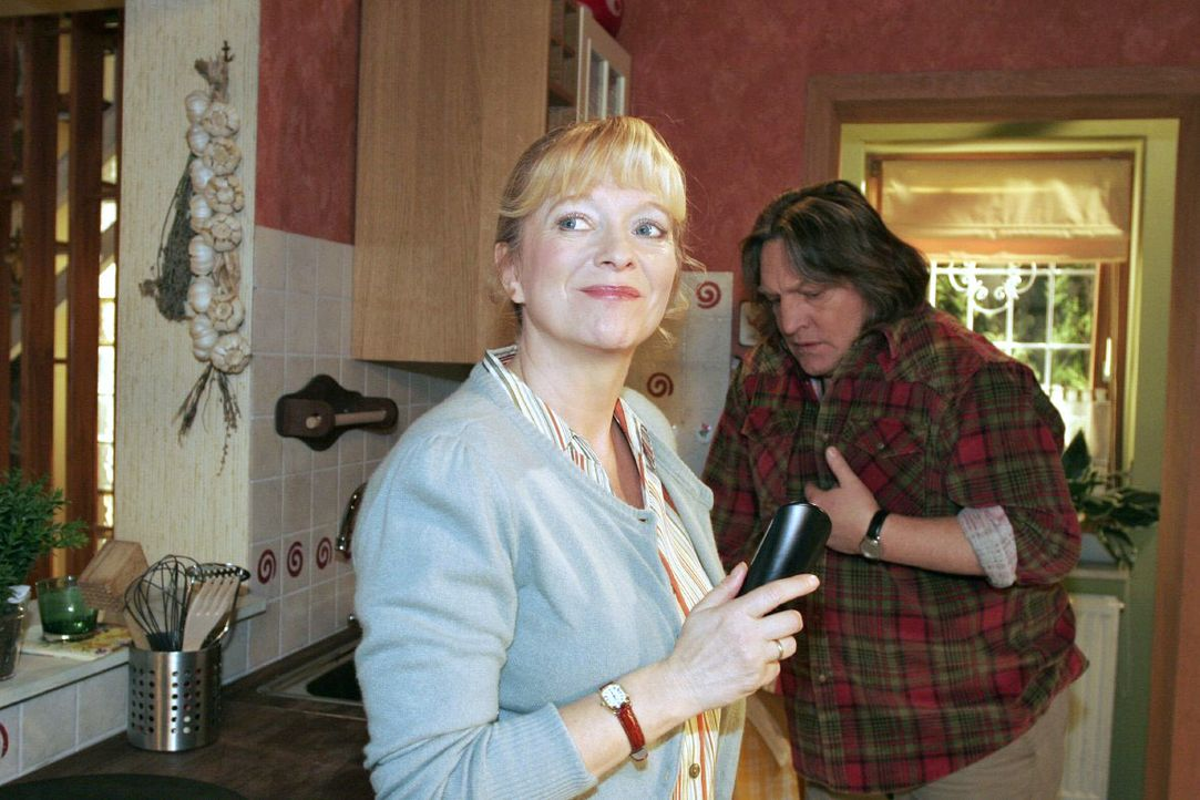 In ihrer Sorge um Lisa bemerkt Helga (Ulrike Mai, l.) nicht, dass Bernd Plenske (Volker Herold, r.) mit Schmerzen kämpft. - Bildquelle: Noreen Flynn SAT.1 / Noreen Flynn