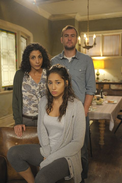 Während der Beerdigung ihrer Mutter Rena (Rahnuma Panthaky, l.) muss Sally (Meaghan Rath, vorne) erkennen, dass ihre Mutter ein Geheimnis mit Jerry... - Bildquelle: Phillipe Bosse 2012 B.H. 2 Productions (Muse) Inc. ALL RIGHTS RESERVED.
