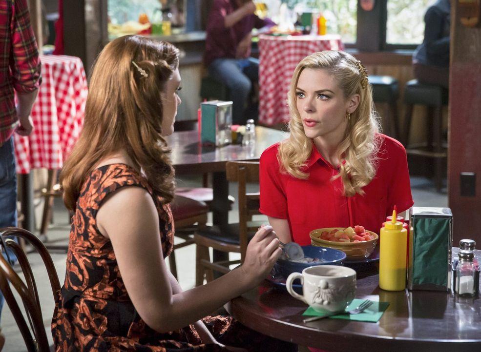 Kann Annabeth (Kaitlyn Black, l.) der verzweifelten Lemon (Jaime King, r.) helfen, das Fancies bekannter zu machen? - Bildquelle: Warner Brothers