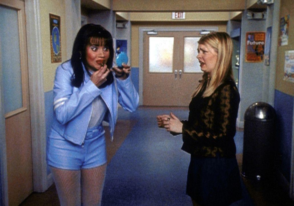 Sabrina (Melissa Joan Hart, r.) soll einen Aufsatz vor der versammelten Schülerschaft halten. Sie hat Angst, vor so vielen Leuten zu sprechen, und... - Bildquelle: Paramount Pictures