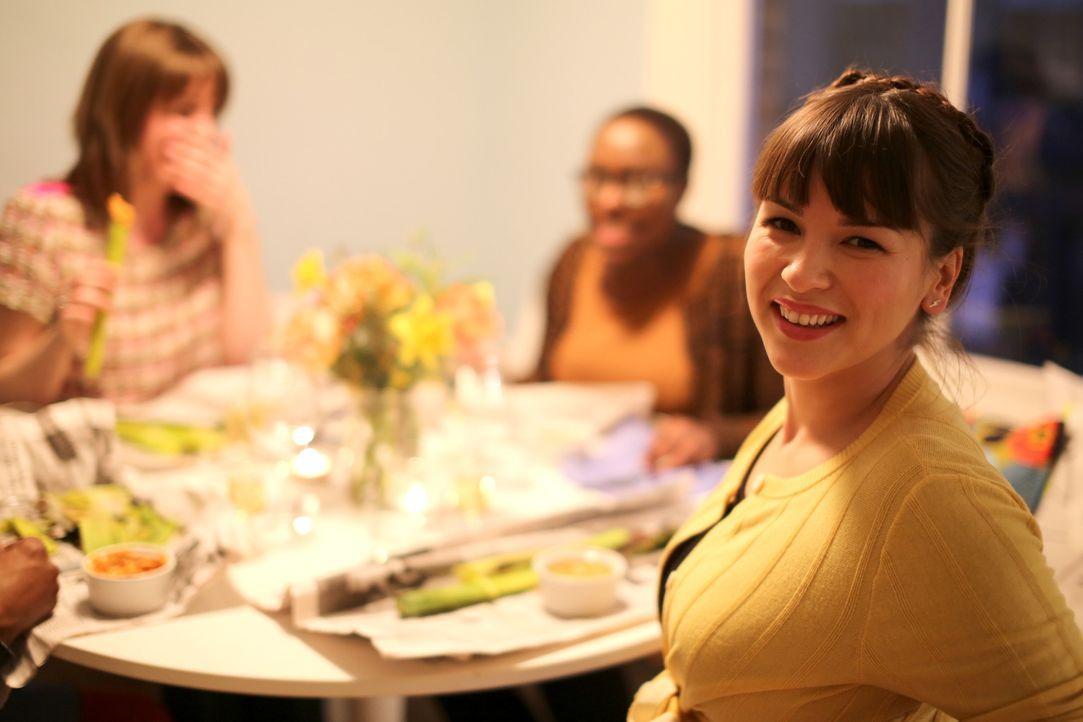 Mit bester Stimmung: Rachel lässt sich auf einer Dinner Party vom spanischen Charme inspirieren ... - Bildquelle: Richard Hill BBC 2014