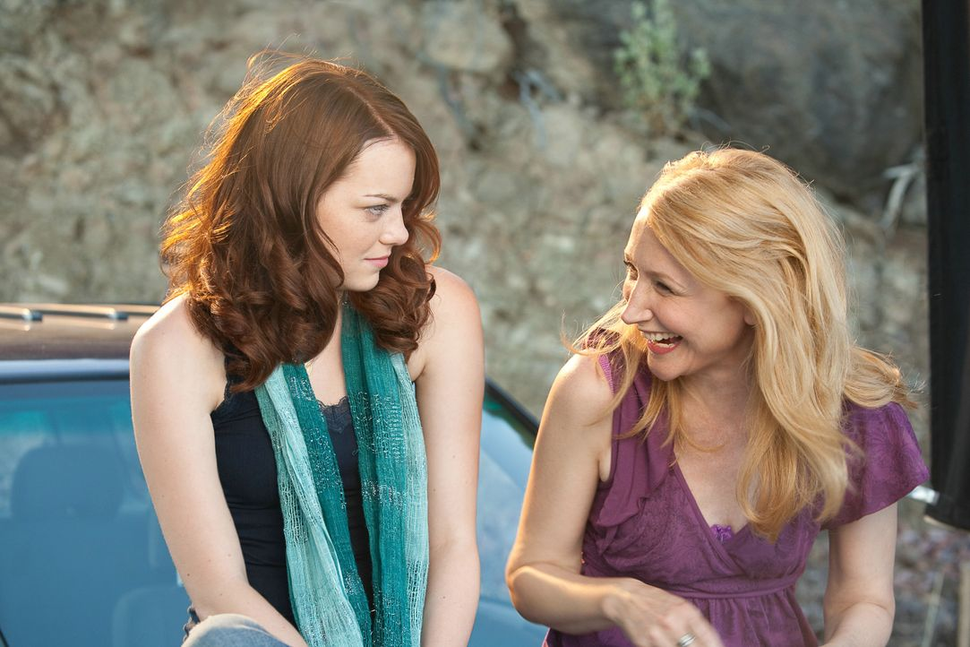 Bisher wurde Olive (Emma Stone, r.) von ihren Mitschülern (Patricia Clarkson, r.) kaum beachtet, doch der Verlust ihrer Jungfräulichkeit katapultier... - Bildquelle: CPT Holdings, Inc. All Rights Reserved. (Sony Pictures Television International)