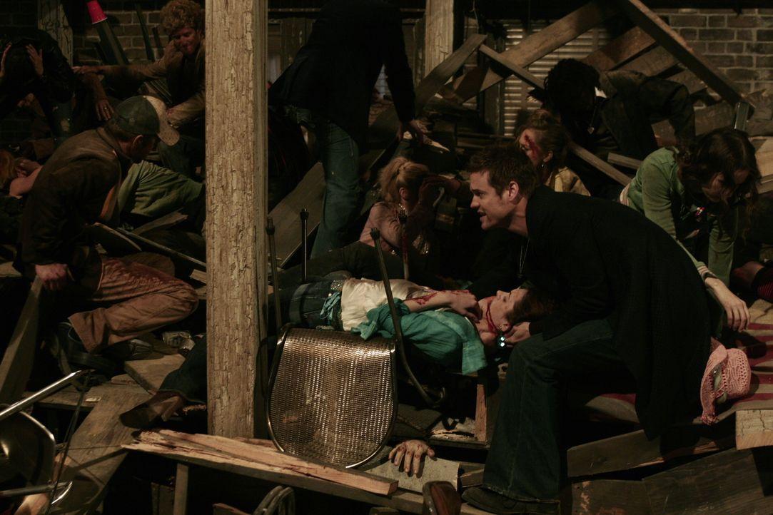 Ray (Shane West, r.) der auf einer Party in einem mehrstöckigen Penthouse ist, reagiert schnell, als dort eine Katastrophe passiert ... - Bildquelle: WARNER BROS