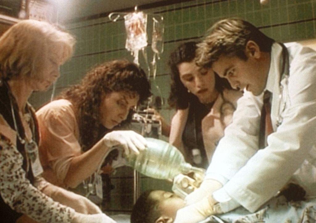 Der kleine Ben gibt Dr. Ross (George Clooney, r.) Rätsel auf: Erst hat er nur harmlose Atembeschwerden, dann plötzlich einen Herzstillstand. - Bildquelle: TM+  WARNER BROS.