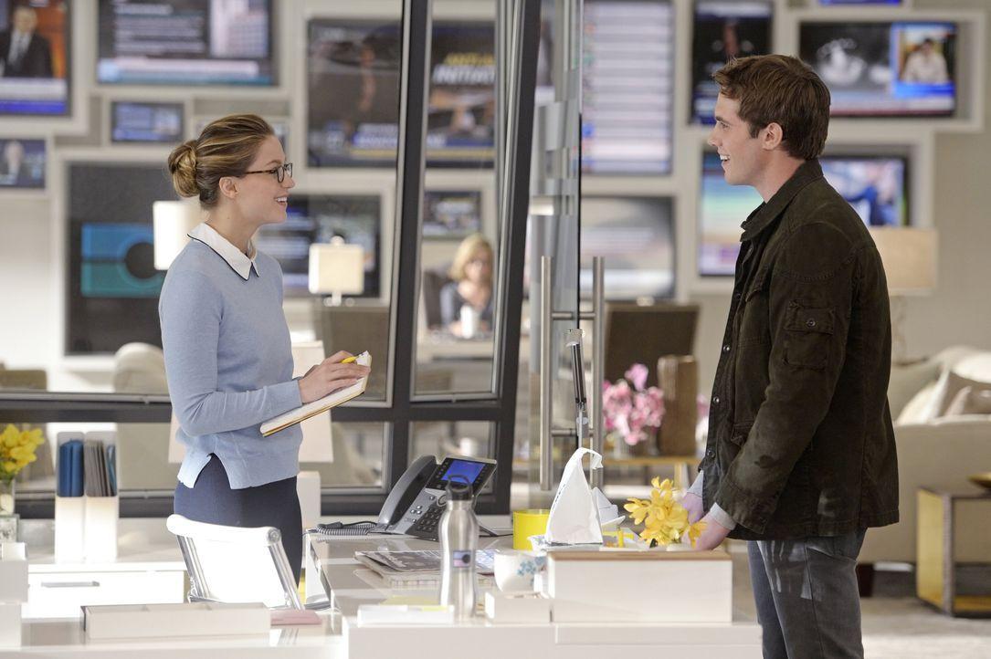 Nachdem Cat ihr erzählt hat, dass sie ihren älteren Sohn seit seiner Geburt nicht mehr gesehen hat, beschließt Kara (Melissa Benoist, l.) einzugreif... - Bildquelle: 2015 Warner Bros. Entertainment, Inc.