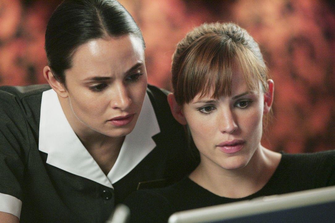 Haben einen Plan, wie sie an die Informationen kommen können: Sydney (Jennifer Garner, r.) und Nadia (Mia Maestro, l.) ... - Bildquelle: Touchstone Television