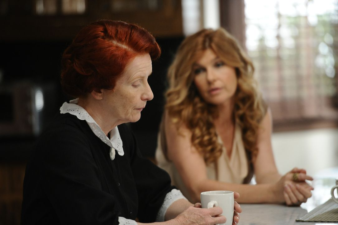 Moira (Frances Conroy, l.) ist zutiefst gerührt als Vivien (Connie Britton, r.) sie bittet, die Patentante für ihr Baby zu werden ... - Bildquelle: 2011 Twentieth Century Fox Film Corporation. All rights reserved.