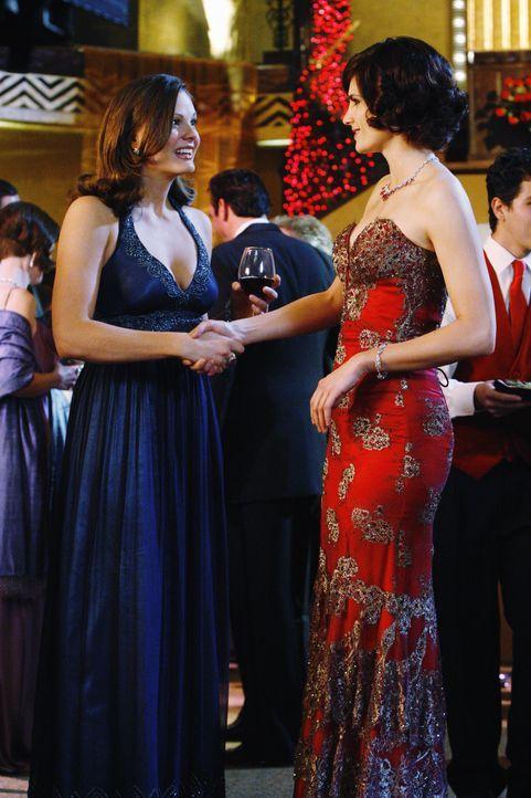 Auf dem Wohltätigkeitsball lernt Kate (Stana Katic, r.) die wohlhabende Ruth (Elizabeth Ann Bennett, l.) kennen. - Bildquelle: ABC Studios