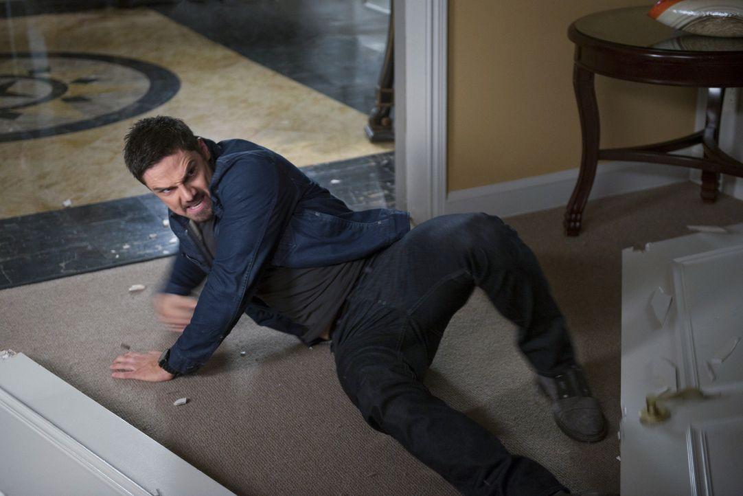 Während Cat herausgefunden hat, dass Agent Reynolds ihr leiblicher Vater ist, versucht  Vincent (Jay Ryan), Curt Windsor zu erledigen ... - Bildquelle: 2013 The CW Network, LLC. All rights reserved.