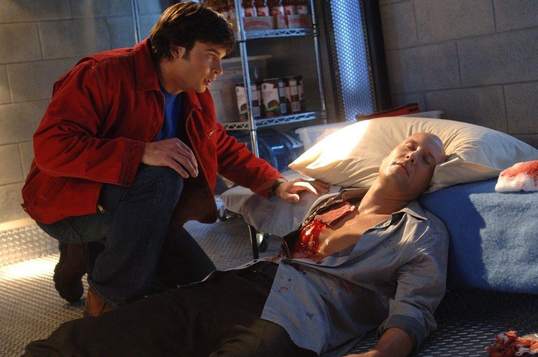 Trotz aller Feindschaft will Clark (Tom Welling, l.) Lex (Michael ROsenbaum, r.) retten. Dieser droht, nachdem er von zwei Polizisten angeschossen w... - Bildquelle: Warner Bros.