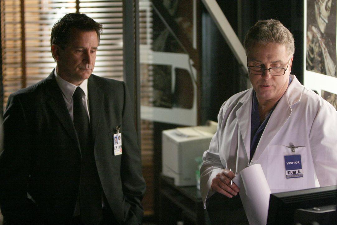 Gil Grissom (William Petersen, r.) hat für seinen Kollegen Jack (Anthony LaPaglia, l.) Neuigkeiten, die den aktuellen Fall betreffen ... - Bildquelle: Warner Bros. Entertainment Inc.