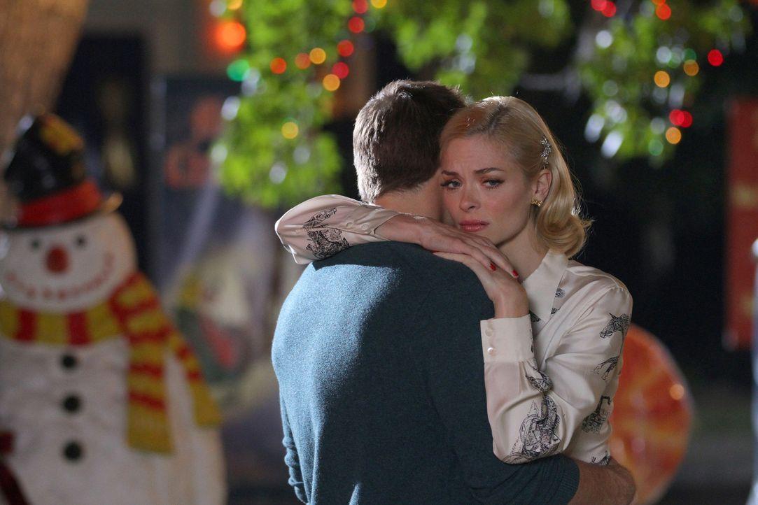 All die Traditionen erinnern Lemon (Jaime King, r.) an die Vergangenheit, die nicht einmal ihr Verlobter George (Scott Porter, l.) wirklich kennt ... - Bildquelle: Warner Bros.